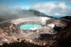 Volcan Poas le plus grand cratère actif au monde
